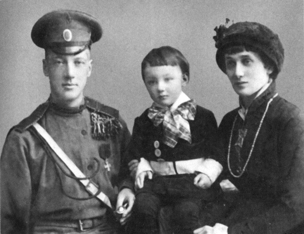 Гумилев и Ахматова с сыном Львом