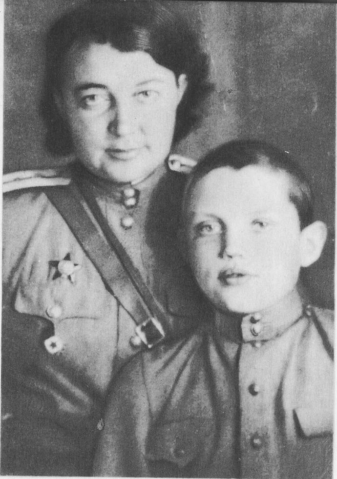 Р. Рождественский с мамой