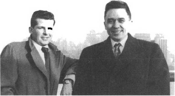"""Сэр Гордон Лонсдейл (справа) перед отбытием из Америки в Англию с соседом по каюте, """"земляком"""" из Канады"""