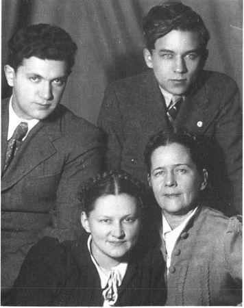 Конон Молодый (справа) перед призывом в армию с матерью и сестрой (слева друг сестры)