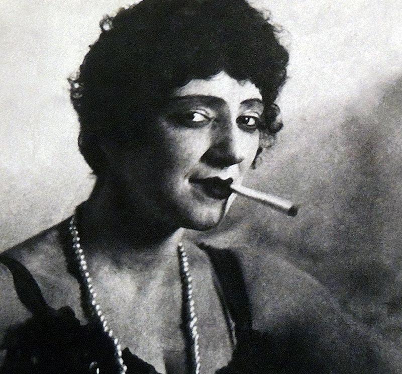 актриса начала 20 в. с сигаретой